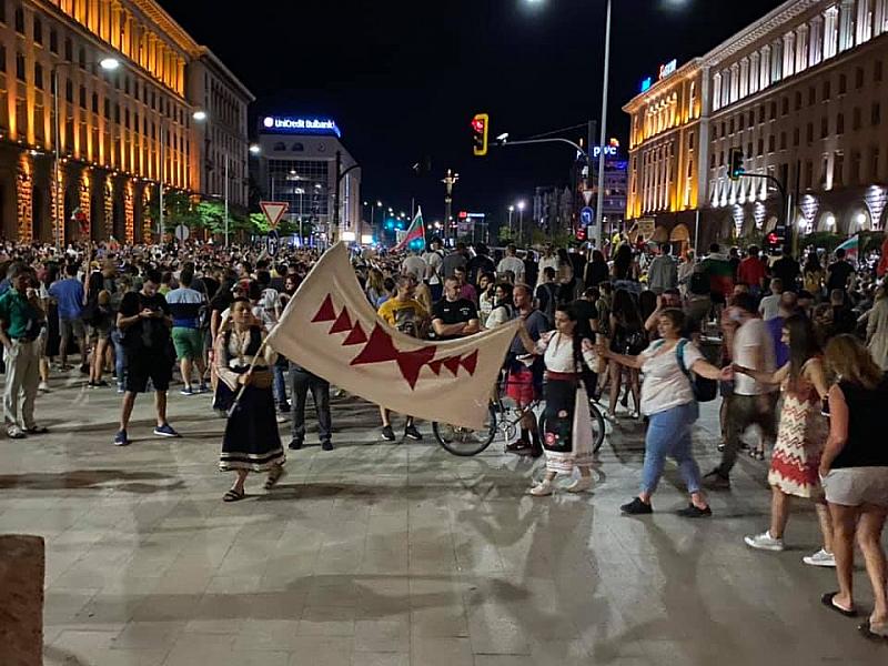 Без сериозни сблъсъци преминаха снощните протести в столицата. Снимки в