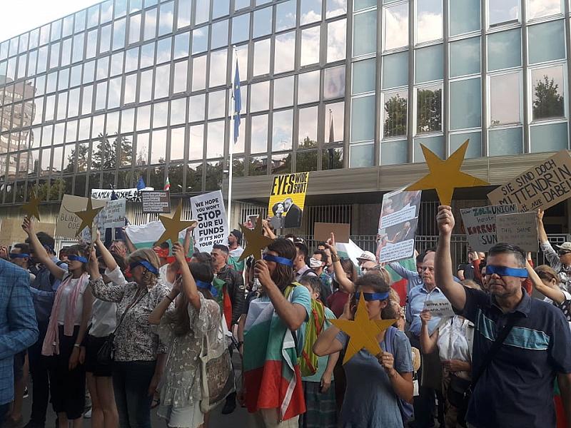 Точно в 18.30 граждани застанаха под прозорците на германското посолство