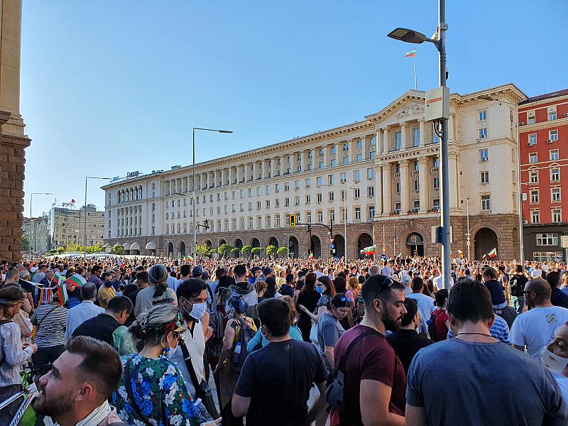 Хиляди граждани се събират под прозорците на властта с искане