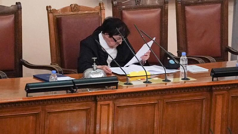 Мика Зайкова, която е временен председателстващ Народното събрание до неговото
