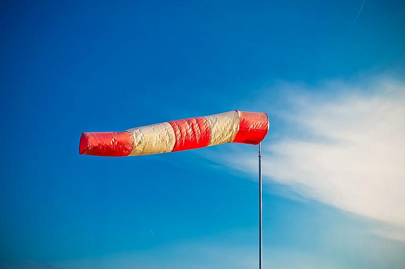Силен вятър ще духа в Източна България. Обявен е жълт