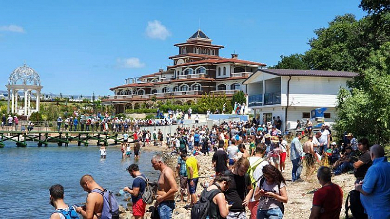 """Dogan Saray Beach Festival"" си спретнаха протестиращи край летните сараи"