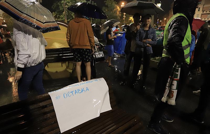 Около 300 души браниха барикадата на Орлов мост през нощта