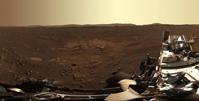 Марсоходът на НАСА изпрати първата панорамна снимка от червената планета.