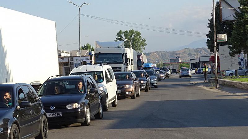 Опашки от автомобили се извиха по границата между България и