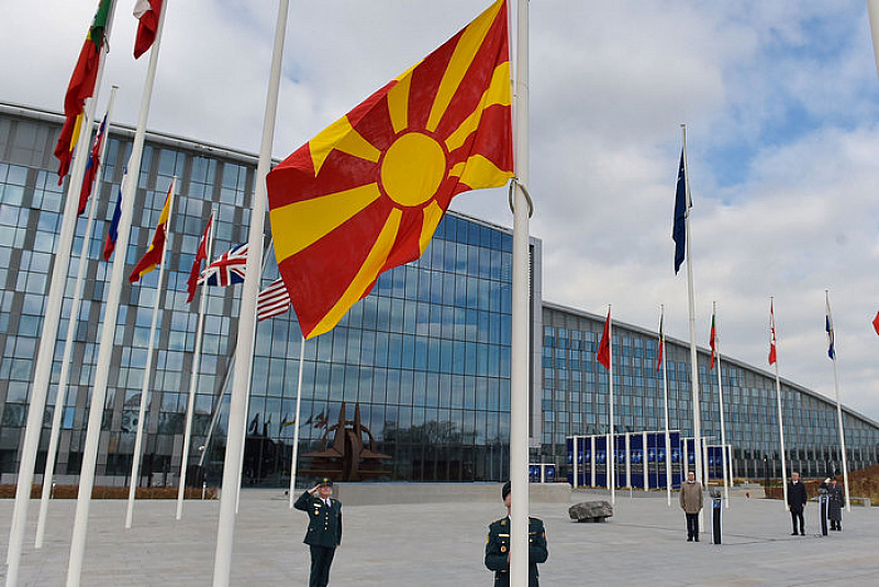 Флагът на Северна Македония - тържествено издигнат пред централата на