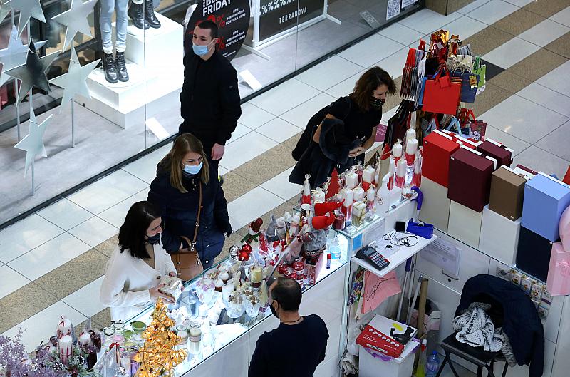 Треска за пазаруване облада населението в страната по време на