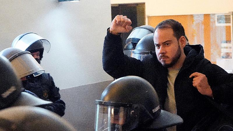 Продължават бунтовете в Барселона срещу ареста на испанския рапър Пабло