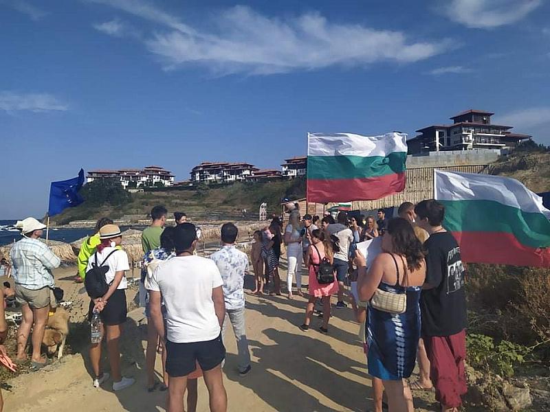 Протестен плаж пред подпорната стена с искане за оставка. В
