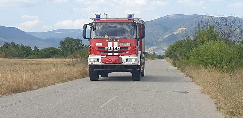 Продължава борбата с огнената стихия, която наложи евакуацията на 10