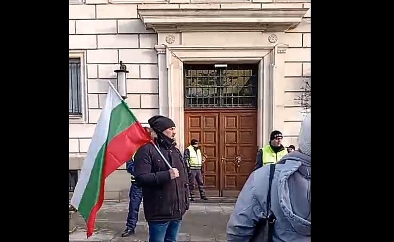 Точно в 8.30 граждани застанаха под прозорците на Столичната община