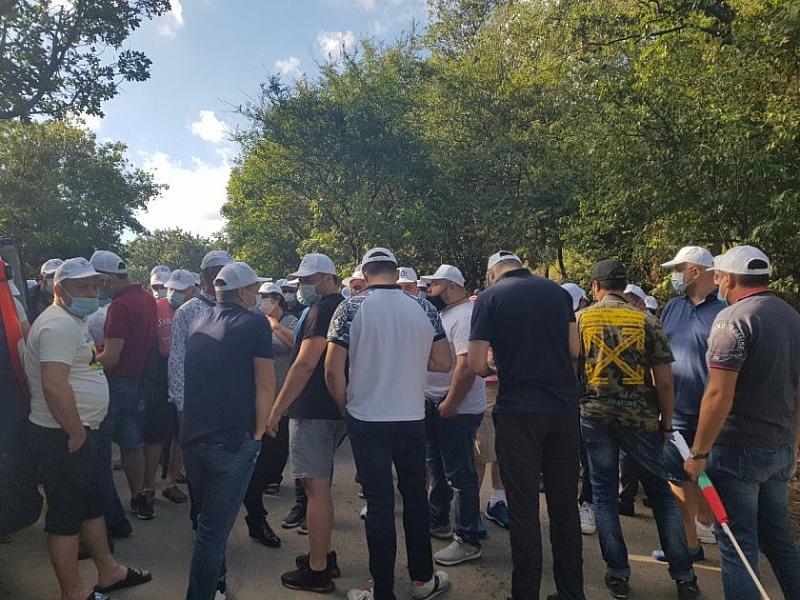Протестиращите, които се събраха пред общината в Бургас се отправят