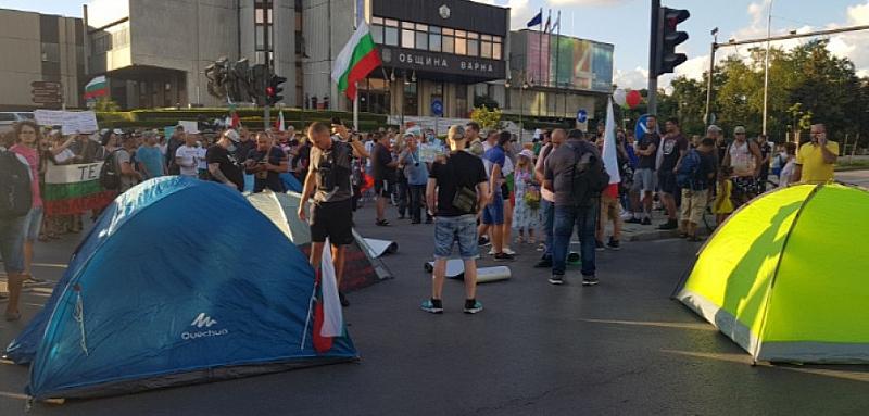 Протестиращи опънаха палатков лагер в морската столица Варна. Това е