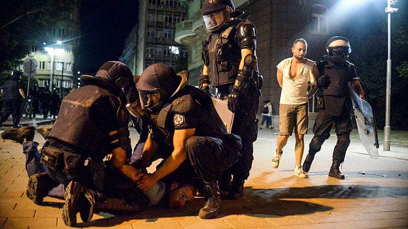 Възутени хора продържават да разказват за полицейското насилие над мирно