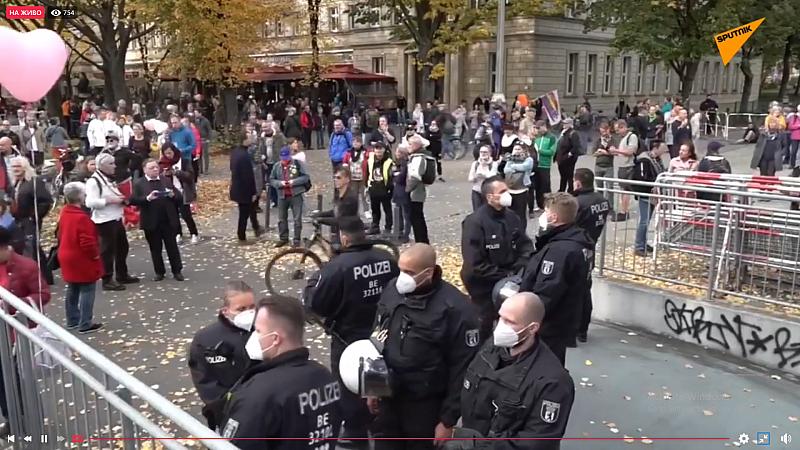 Скептиците COVID-19 се събират в Берлин, за да протестират срещу
