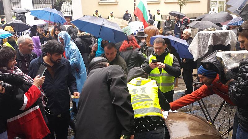 Протестиращи събират пари под прозорците на ВСС, за да могат