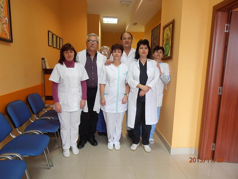 Министърът на здравеопазването Кирил Ананиев и негои подчинени поставят на
