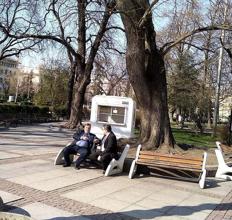 Защо военният министър Красимир Каракачанов нарушава забраните като си седи