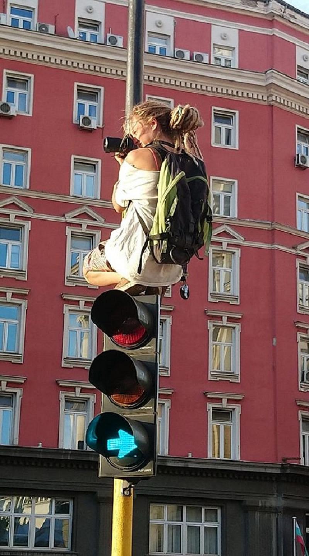 Красавица, която снима протеста, стана хит в социалните мрежи. Младата