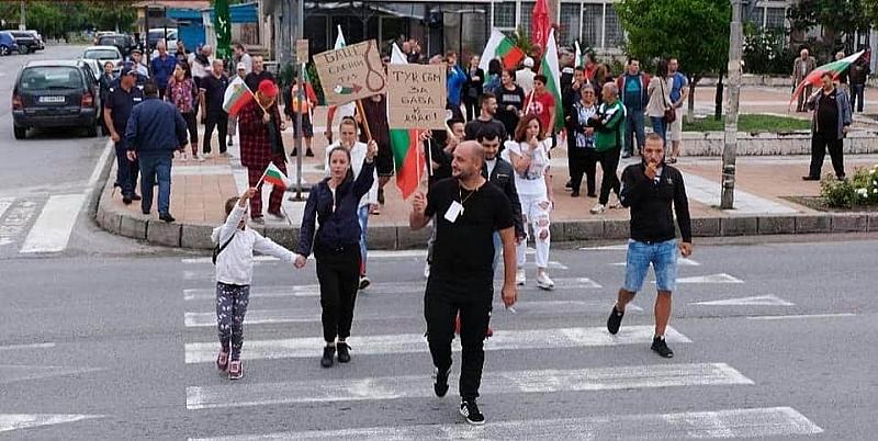 """Протестиращите успяха тази вечер да блокират АМ """"Струма"""". Десетки недоволни"""