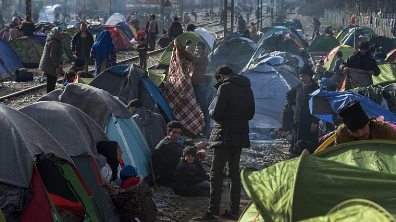 Няколкостотин мигранти, сред които и семейства с деца, има на