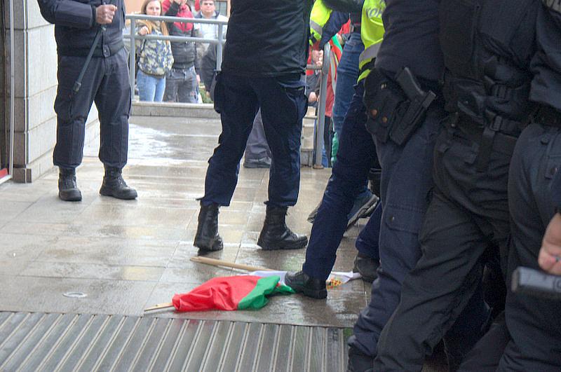 Полицай стъпка българското знаме на днешния протест пред МРРБ. Според