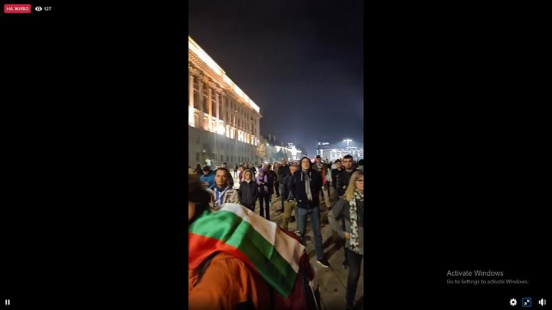 """Ден 109! Протестиращите продължават да викат """"Оставка"""" под прозорците на"""