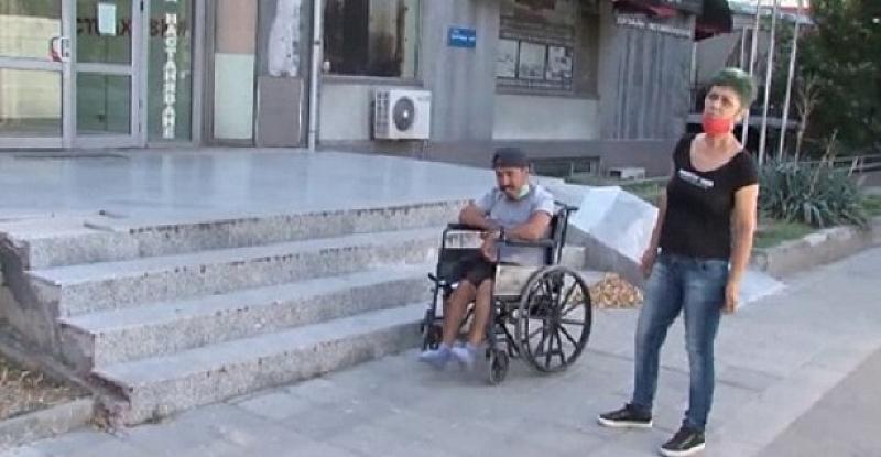 Майка на момче с увреждане опита да се барикадира в
