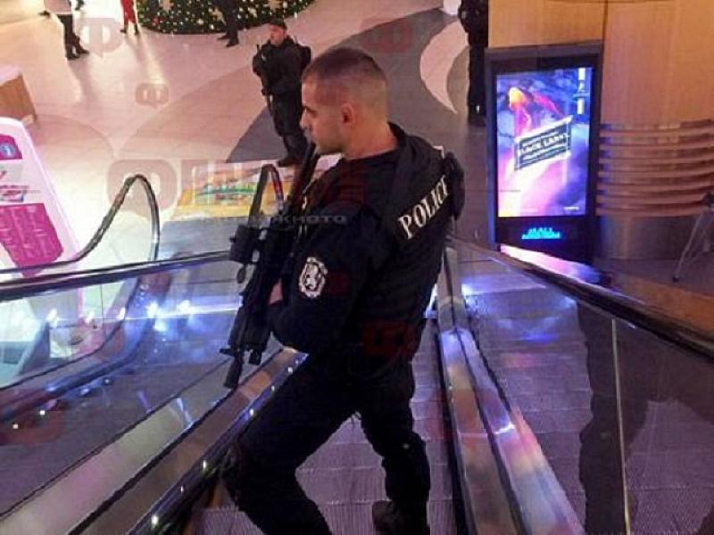 Полицаи с автомати бяха забелязани днес във варненски мол. Много