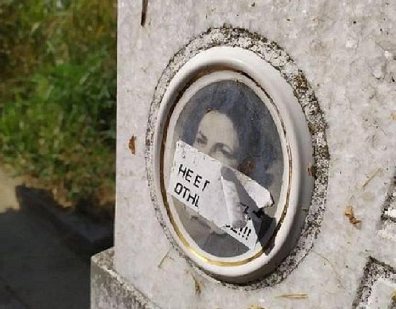 На десетки гробове в София има лепенки върху снимките на