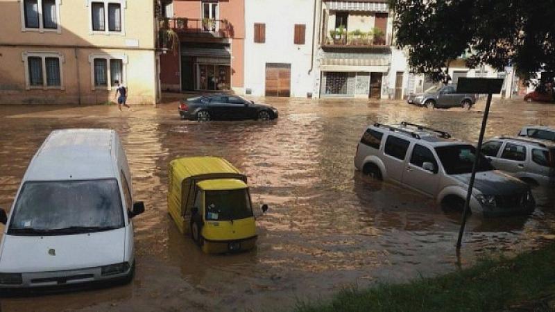 Над 50 души са евакуирани в градчето Росильоне в Северна