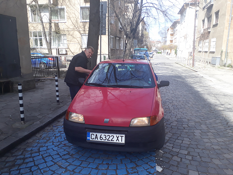 На горната снимка: червената кола беше спряла неправилно на място