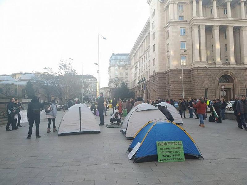 Медицинските сестри вдигнаха палатков лагер пред Министерския съвет. Начело с