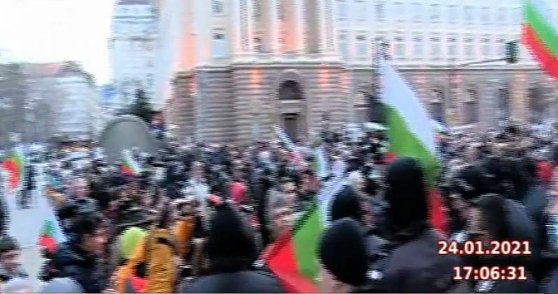 Недоволни граждани, които участват в протеста, се опитаха да пробият