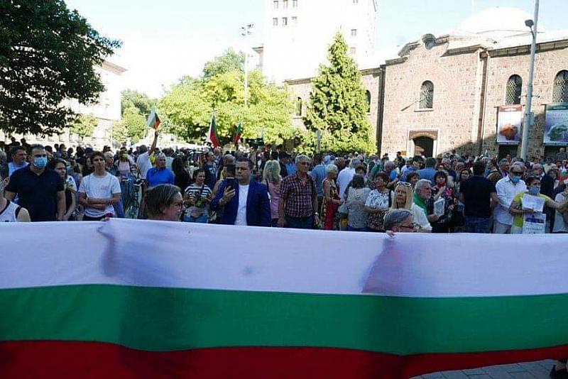 Започна протестът в защита на България от диктатура в София.