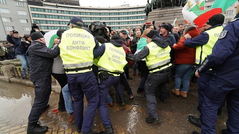 Ресторантьори и хотелиери пробиха полицейския кордон и блокираха движението на