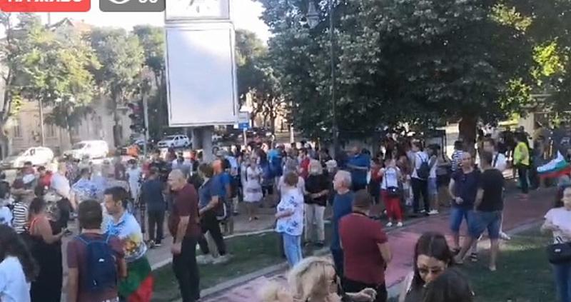 Започнаха и протестите във Варна и Пловдив. Пред община Варна