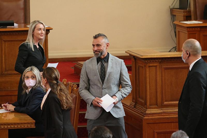Музикантът Калин Вельов може да се окаже депутатът с най-кратък