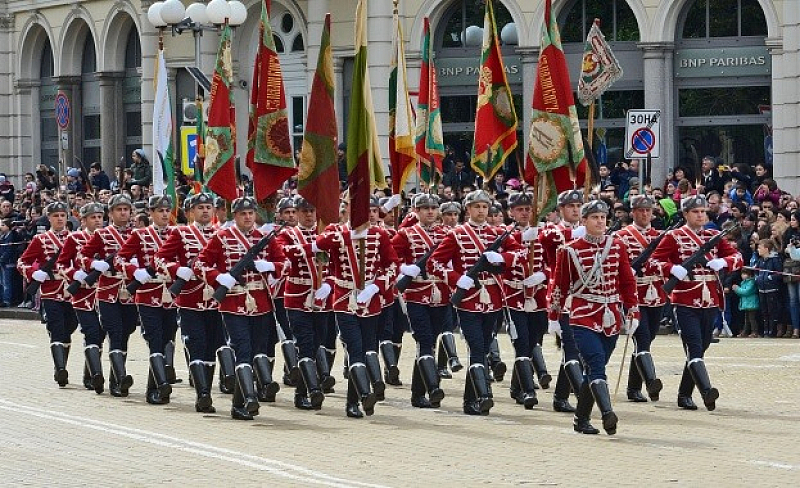 Офицери от армията и воини от резерва предлагат парадът за