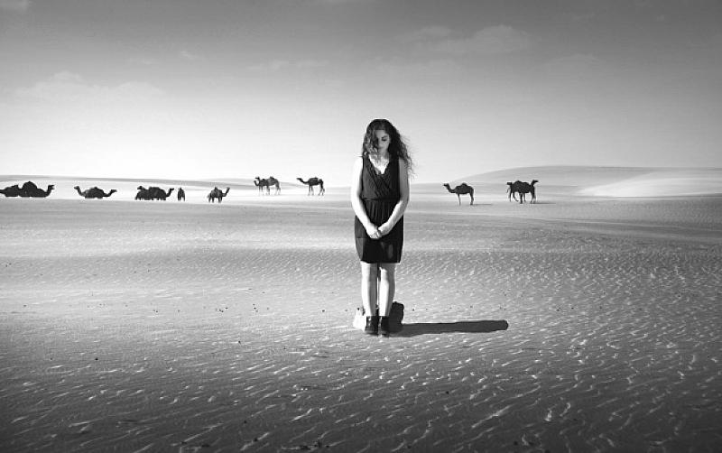 Вървя изнемощял през пустинята и изведнъж виждам - голи мадами