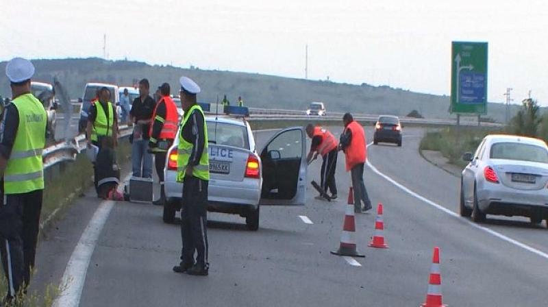 Лек автомобил се удари последователно в два тира на първокласния