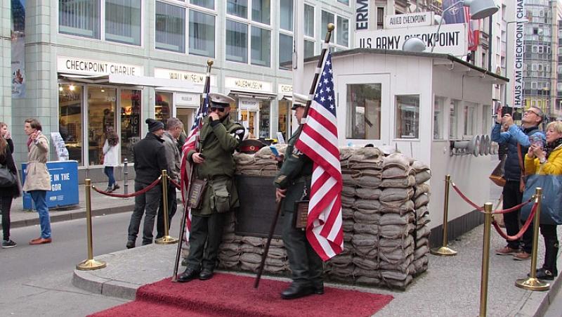Мрачна атмосфера обгръща 30-ата годишнина от падането на Берлинската стена.
