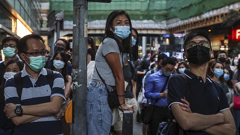 Снимка: В Хонконг протестиращи спретнаха дръзко бягство от полицейска обсада