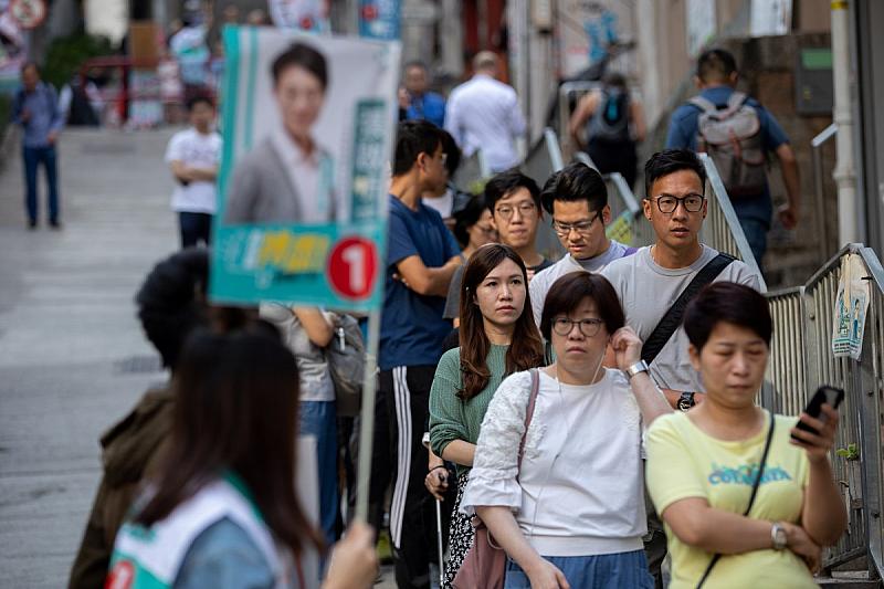 В Хонконг продемократичното опозиционно движение постигна съкрушителна победа сочат предварителните