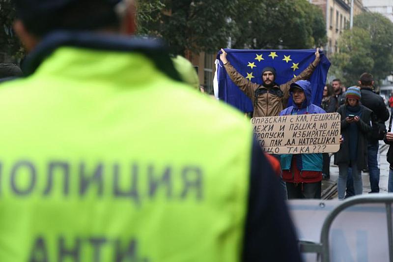 Протестът срещу Иван Гешев започна в 9 часа под прозорците