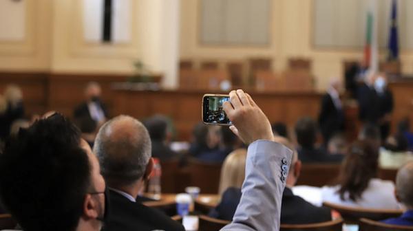 Facebook кипи от възмущение след днешния парламентарен панаир