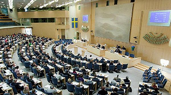 """В парламента на Швеция: Депутатите без пожизнени пенсии и гратис шведски маси, Риксдагенът само с 3 коли """"Волво S80""""."""