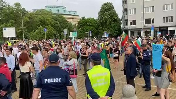 """С """"Боят настана"""" се надъхват протестиращите пред парламента /обновена/"""