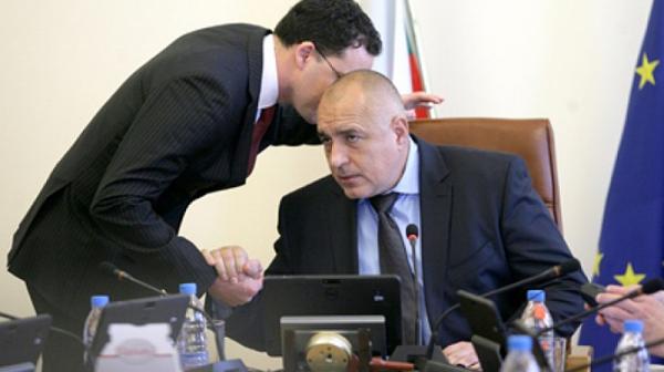 Един кариерист хваща Борисов и журналисти за ръчичка, разчиства си терена