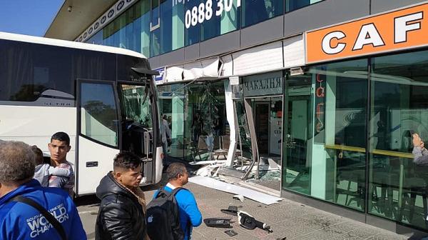 """Автобус се вряза в автогара """"Сердика"""" и изплаши десетки пътници"""